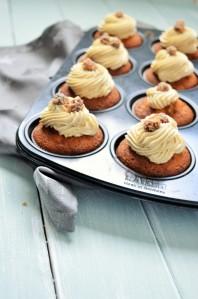 Bratapfelcupcakes mit Spekulatius Topping und gebrannten Haselnüssen