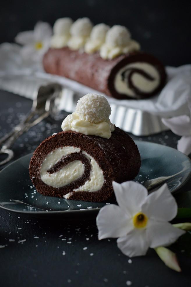 Schokoladenbiskuitrolle mit Kokoscreme