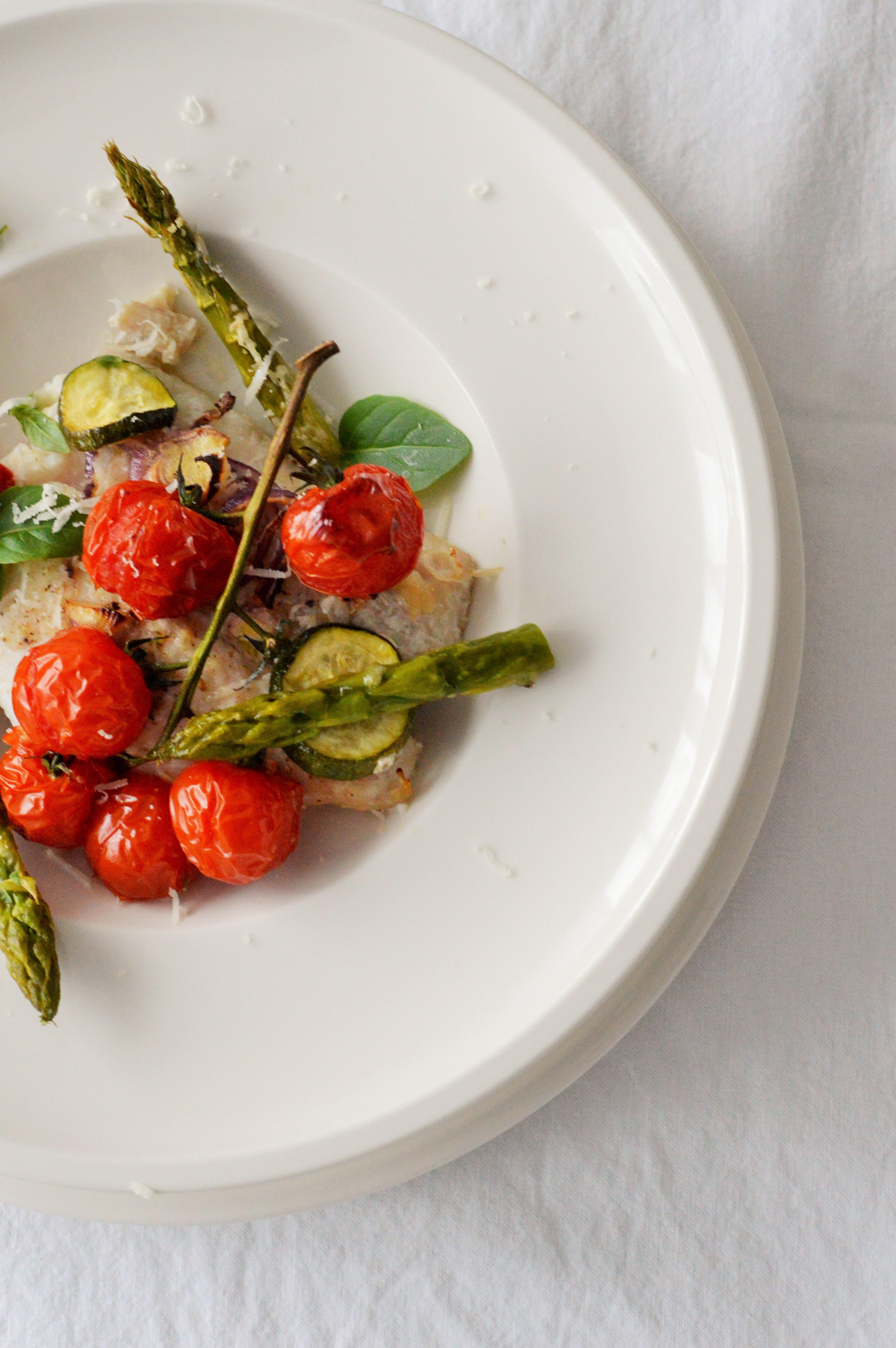Food: Leichtes Fischfilet mit Ofentomaten und mit grünem Spargel
